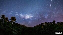 مسیر حرکت ماهواره استارلینک در عکسی که شب در آسمان برزیل گرفته شده است
