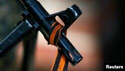 Огнестрельное оружие с георгиевской лентой. Словянск, 21 апреля 2014 года.