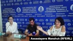 Слева направо: жена арестованного блогера Муратбека Тунгишбаева Мерей Калиева и правозащитники Евгений Жовтис и Бахытжан Торегожина на пресс-конференции. Алматы, 15 августа 2018 года.