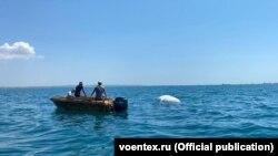 В Керченском проливе пытаются вытащить на берег бронемашину
