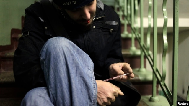 A drug user injects heroin on a staircase in an apartment block in Moscow. (file photo)