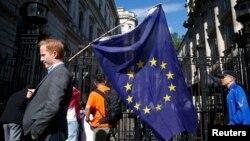 ЕО туын ұстап бара жатқан адам. Лондон, 24 маусым 2016 жыл.