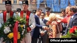 Премиерот Никола Груевски положи цвеќе пред споменикот АСНОМ во Паркот Жена-борец и пред споменикот на Методија Андонов Ченто на плоштадот Македонија во Скопје.