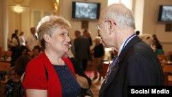 Галина Полякова, голова благодійної організації «Турбота про літніх в Україні», та спеціальний радник держсекретаря США з питань Голокосту Стюарт Айзенштат на конференції «Жити гідно» в Празі