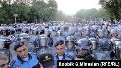 Шерушілерді таратуға келген Ереван полициясы. 24 маусым 2015 жыл.