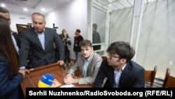 Суд на засіданні 30 серпня дозволив депутатові Нестору Шуфричу (л) взяти сина (п) на поруки