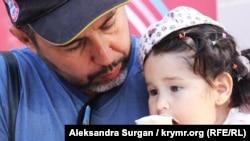 Эдем Аблаев с младшей дочерью
