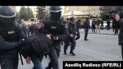 Xüsusi geyimli polislər aksiyaçını saxlayıb, 16 fevral 2020