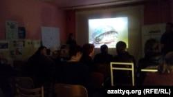 Представители НПО из Карагандинской и Мангистауской области показывают слайд-шоу чешской аудитории. Прага, 13 апреля 2016 года.