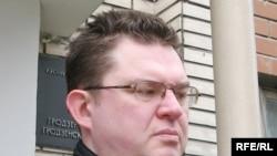 Андрэй Пачобут на ганку Ленінскага суду.