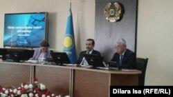 Премьер-министр Кәрім Мәсімов (ортада), вице-премьер Дариға Назарбаева шенеуніктермен білім саласына қатысты жиында отыр. Түркістан, 22 тамыз 2016 жыл.