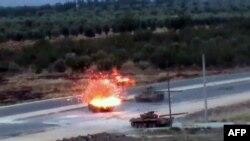 دبابة لقوات موالية للحكومة السورية تحترق بعد إصابتها بقذيفة