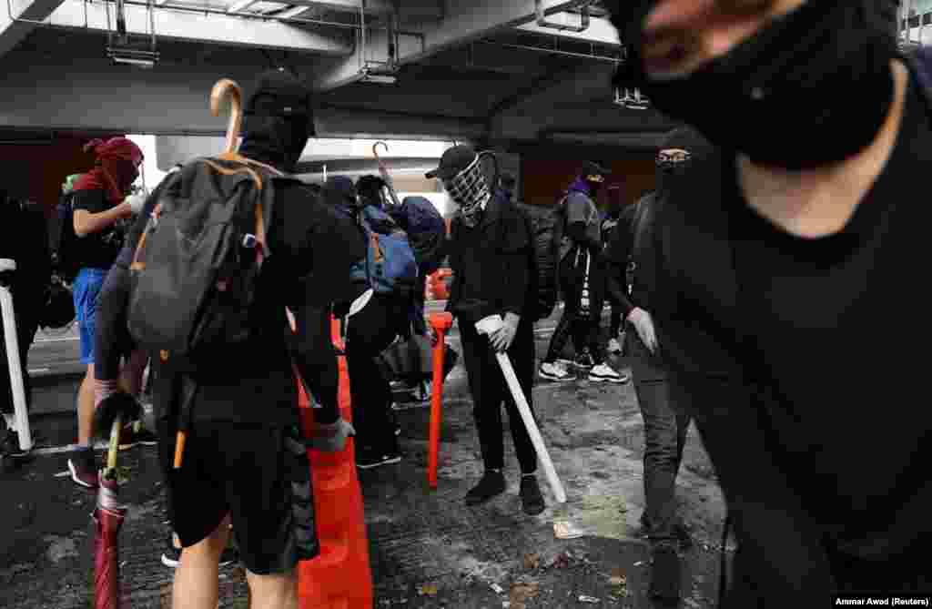Марші протесту почалися у Гонконгу 4 місяці тому, коли уряд запропонував провести екстрадицію в КНР правопорушників, підозрюваних у кримінальних злочинах. Відтоді адміністрація Гонконгу неодноразово оголошувала про відмову від цього законопроекту, але протести під гаслами захисту незалежності Гонконгу від Китаю не припинялися. За місяці протестних акцій двоє людей отримали кульові поранення, один з них помер.Тисячі учасників акцій отримали легші поранення, а понад дві з половиною тисяч – арештовані. Посол КНР в Росії Чжан Ханьхуей заявив, що в організації протестних акцій у Гонконзі «беруть участь українські інструктори, які обмінюються із місцевими протестувальниками технологіями організації заворушень».