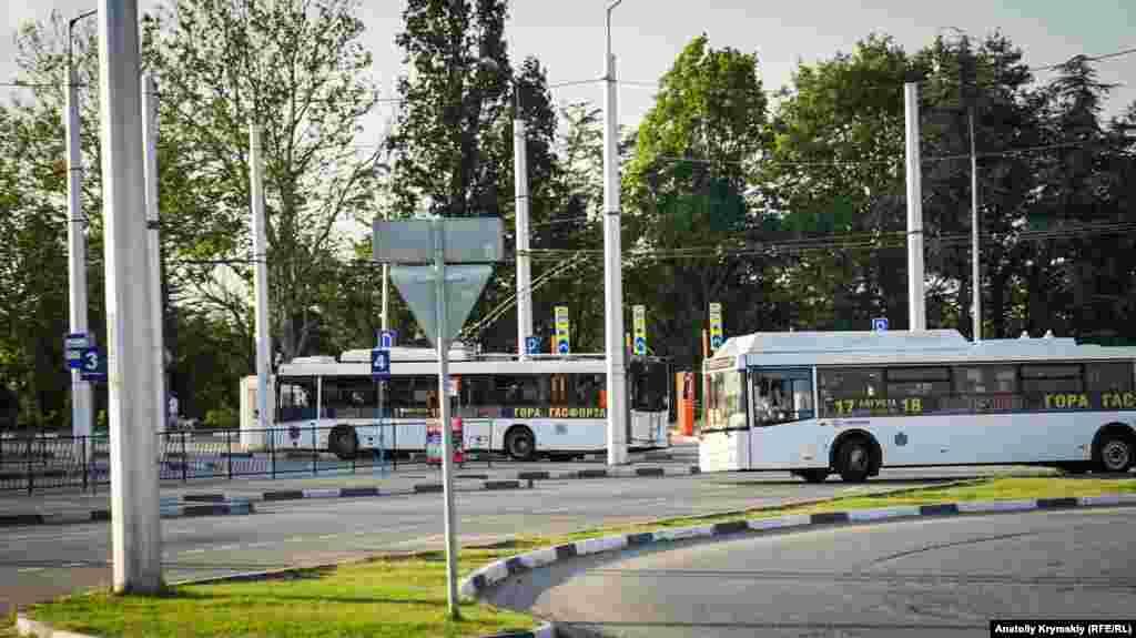 Некоторые троллейбусы и электроавтобусы заворачивают в поселок только в обратном направлении, по дороге из нового терминала.