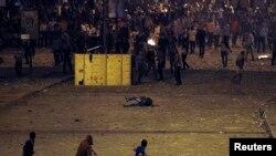 Morsi goldawçysy howpsuzlyk güýçleri bilen çaknyşyk mahalynda ýykyldy. Kair, 6-njy oktýabr, 2013.
