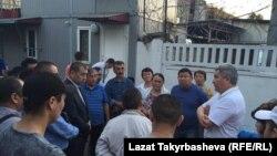 Қырғызстанның Мәскеудегі елшісі Болат Отунбаев өрттен қаза тапқан мигранттар туыстарымен кездесіп тұр. Мәскеу, 27 тамыз 2016 жыл.