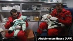 کودکان بیمار در غوطه شرقی در سوریه که در مبادله با اسیران، اجازه خروج از این منطقه را یافتهاند