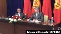 Министр иностранных дел Китая Ван И (слева) и его кыргызстанский коллега Эрлан Абдылдаев (справа).