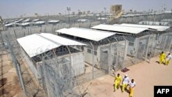 معتقلون عراقيون في سجن بوكا