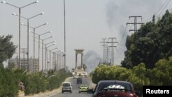 Хомс шаарында өкмөттүк күчтөр менен козголоңчул топтордун кагылышынан кийин чыккан кара түтүн. 13-июнь, 2012-жыл.