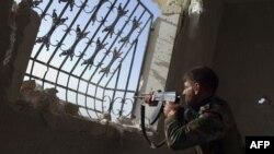 Un luptător rebel sirian pe poziții în apropiere de Alep