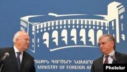 Совместная пресс-конференция глав МИД Армении и Испании Эдварда Налбандяна (справа) и Мигеля Анхеля Моратиноса, Ереван, 2 марта 2010 г.