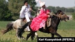 Қыз қуу. Алматы облысы, Ұзынағаш ауылы, 26 мамыр 2012 жыл.