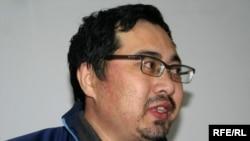 Ермек Нарымбаевтың сотта сөйлеп тұрған сәті. Алматы, 14 мамыр, 2010 жыл.