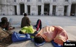 Мігранти відпочивають на центральному залізничному вокзалі Мілана, Італія, червень 2015 року