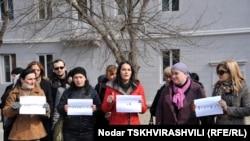 Около полутора десятков человек в холодный ветреный день 23 февраля собрались перед свежевыкрашенным трехэтажным зданием на Ташкентской улице №7 с единственной целью – встретиться с министром по вопросам вынужденно перемещенных лиц, расселению и делам беж