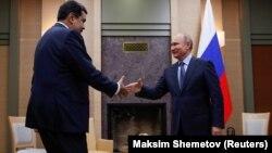 Путин Кремлда Мадурони кутиб олмоқда.
