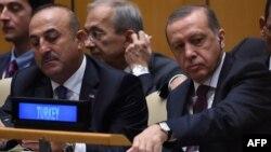 Trükiyənin xarici işlər naziri Mevlüt Çavuşoğlu (solda) və prezident Recep Tayyib Erdoğan