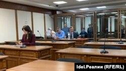 Адвокаты и обвиняемые перед оглашением приговора в зале суда