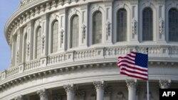 العلم الأميركي أمام قبة مبنى الكونغرس بواشنطن