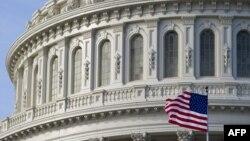 Государственный флаг США на здании конгресса США. Иллюстративное фото.