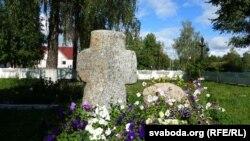 Каменны крыж каля царквы ў Клімавічах
