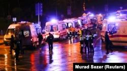 Стамбулдың орталығындағы жарылыс болған жерде тұрған жедел жәрдем көліктері мен адамдар. 10 желтоқсан 2016 жыл.