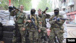 Ukraine -- Pro-Russian armed separatists pose on a street in Slovynsk, May 2, 2014