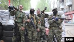 Народные ополченцы на одной из улиц города Славянска. 2 мая 2014 года.