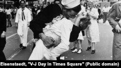 Фотографія Альфреда Ейзенштадта «День перемоги над Японією на Таймс-сквер»