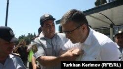 Полицеские задерживают Ильгара Мамедова. Иллюстративное фото