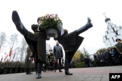 Почетный караул у памятника жертвам Чернобыля в Минске