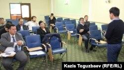«Жауап беремін» қоғамдық-сараптамалық тыңдауында отырған адамдар. Алматы, 21 қыркүйек 2015 жыл.