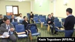 Присутствующие на общественно-экспертном слушании в рамках инициативы «Я отвечаю». Алматы, 21 сентября 2015 года.