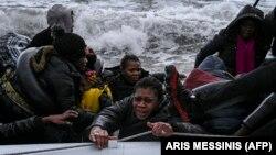 Migrantët nga Turqia duke i përpjekur të arrijnë në brigjet e Greqisë.
