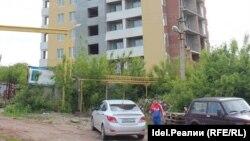 Үлескерлер қаржысын салған, бірақ құрылысы бітпей қалған көпқабатты тұрғын үй ғимараты. Уфа, 23 маусым 2017 жыл.