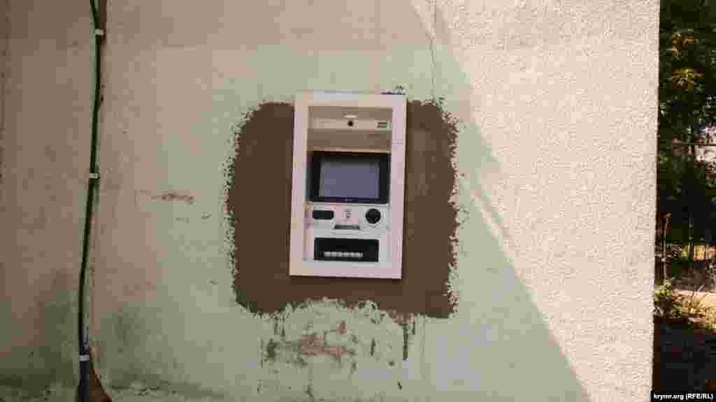 З недавнього часу в селищі з'явилися аж два банкомати