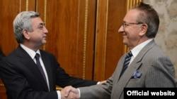 Армения - Президент Армении Серж Саргсян (слева) принимает посла Италии в Армении Бруно Скапини, Ереван, 21 ноября 2013 г. (Фотография - пресс-служба президента Армении)