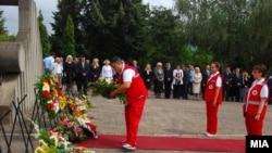 Екипата на Црвениот крст положува цвеќе на споменикот на загинатите во земјотресот што се наоѓа на скопските гробишта во Бутел