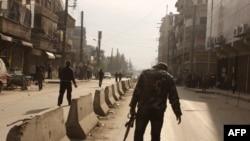 Luftëtarët kryengritës duke lëvizur në rrugët e qytetit Alepo në Siri